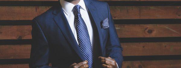 costume bleu marine avec chemise blanche et cravate bleue