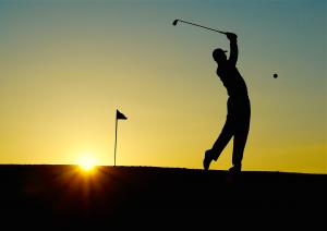 ombre d'un golfeur dans le coucher de soleil