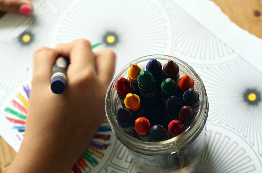 Main d'enfant qui dessine