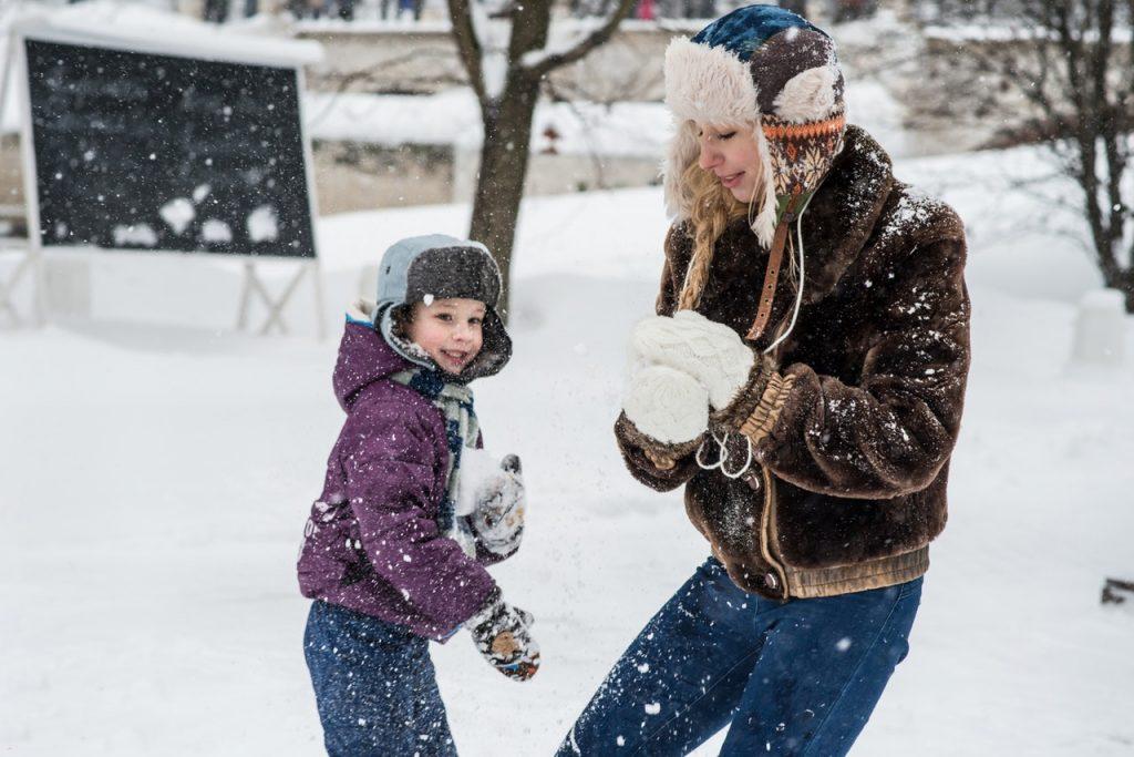 Mère dans la neige avec son enfant