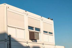 Préfabriqués bureaux blancs avec fond ciel bleu