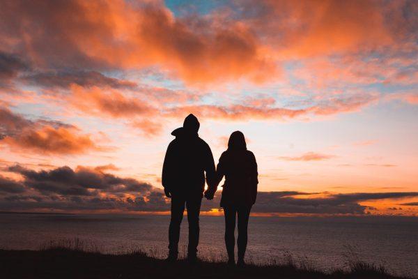 Un couple se tentant par la main