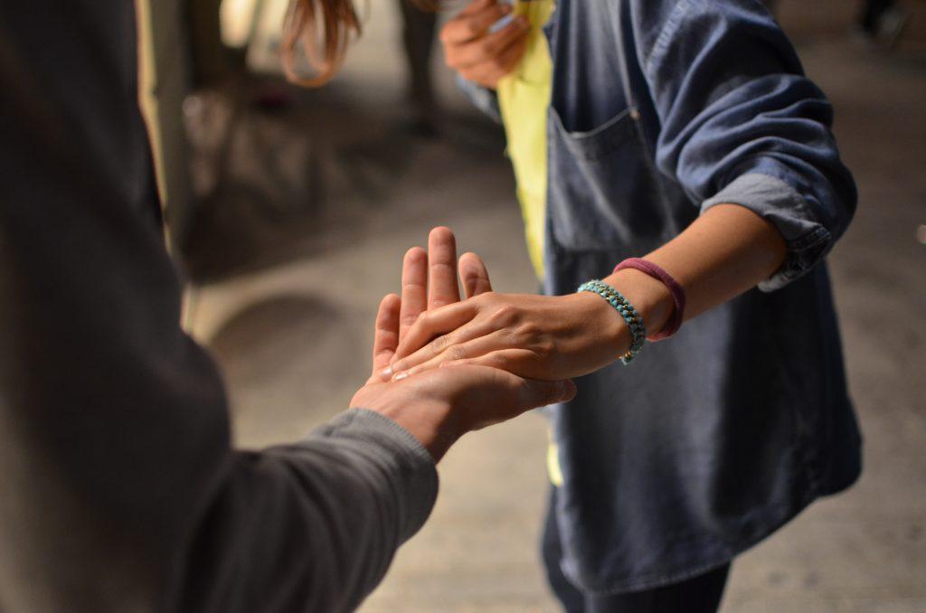 deux personnes se tenant par la main