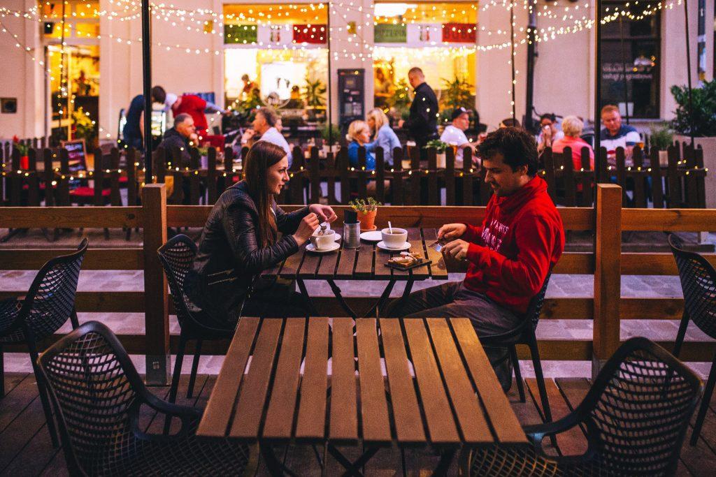 Une couple en terrasse d'un café