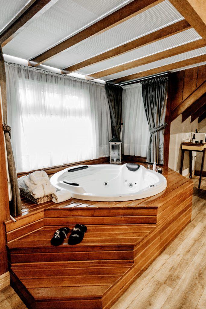 Bain à remous installé dans un abri de spa