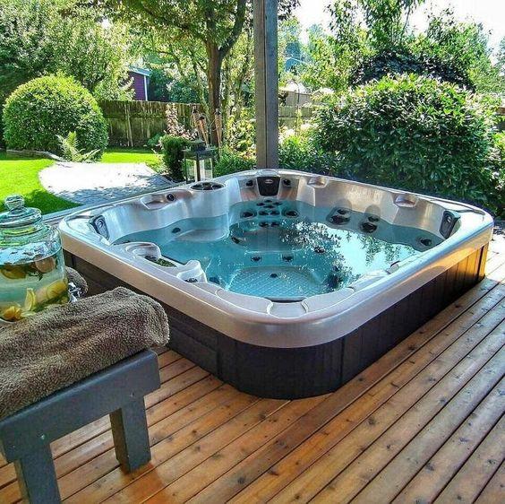 spa sur terrasse face au jardin