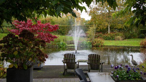 jardin anglais avec fauteuils en bois